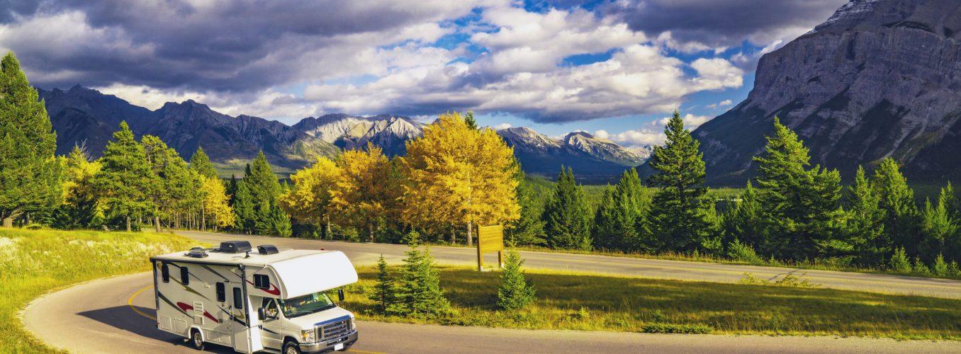 Conduite de véhicules récréatifs sur l'autoroute d'automne dans la nature sauvage de belles montagnes à Jasper, AB, Canada